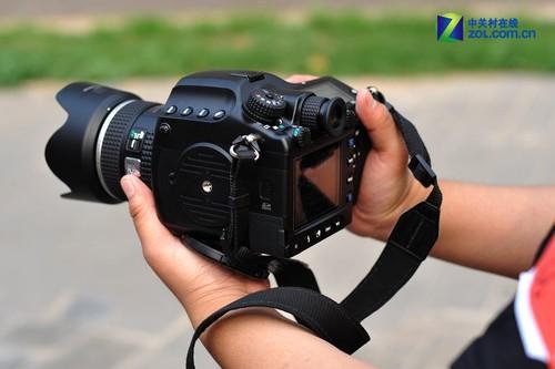 与普通的单反相机相比,宾得645d块头硕大,拿在手上分量十足.